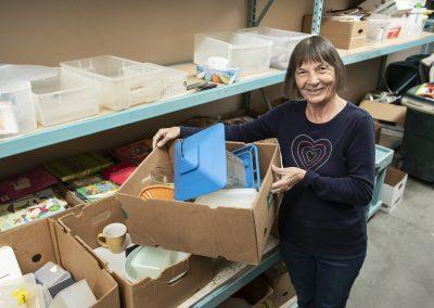 Crédit photo : Spectre média, Jessica GarneauJournaliste : Annie MelanconPub Comptoir familialbénévoles en action (au déballage, au pliage, etc.)Ginette talbot benevole a la reception des dons.